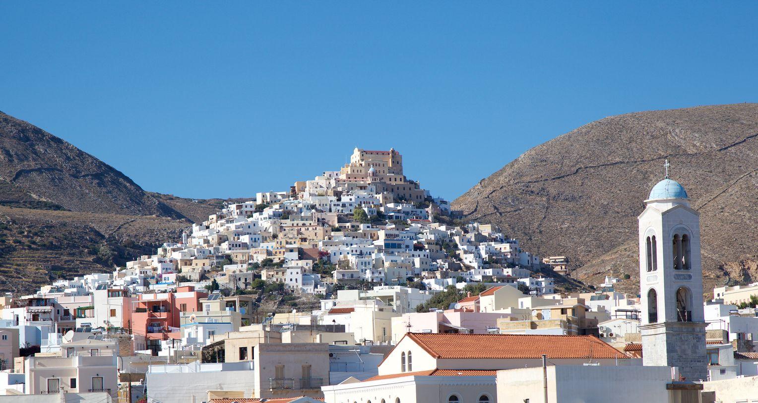 Ermoupoli auf Syros: Die Hauptstadt der Kykladeninsel ist geprägt durch die typisch weißen Würfelhäuser und durch prachtvolle, aus dem 19. Jahrhundert stammende Gebäude. Foto:Martin Llado / Getty Images. Covid free Syros
